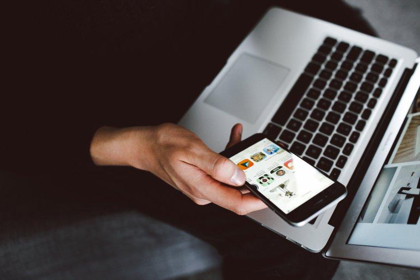 Client complétant une transaction en ligne au moyen de son téléphone portable.