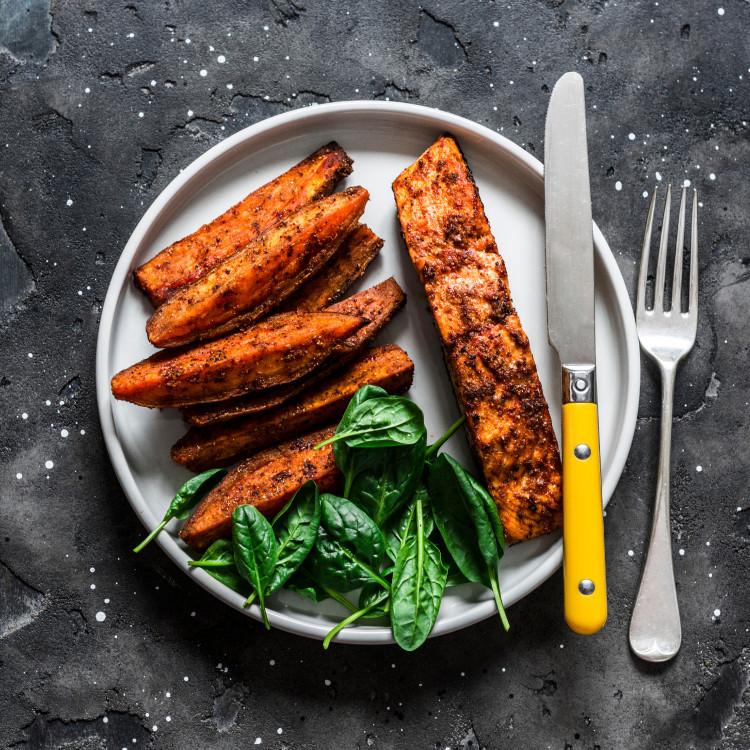 Saumon en croûte de pistache et coriandre, quinoa citronné et légumes grillés
