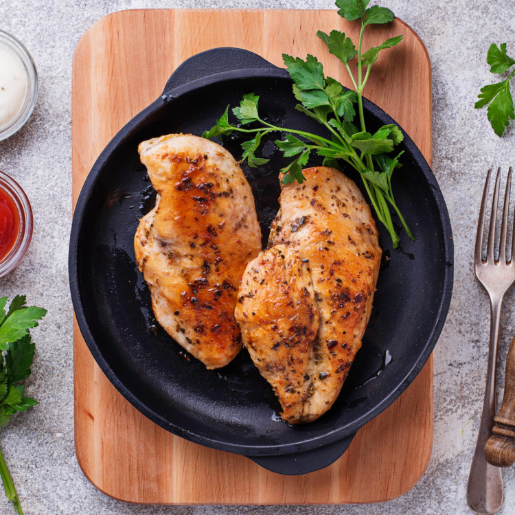 Poitrines de poulet marinées, salsa verde