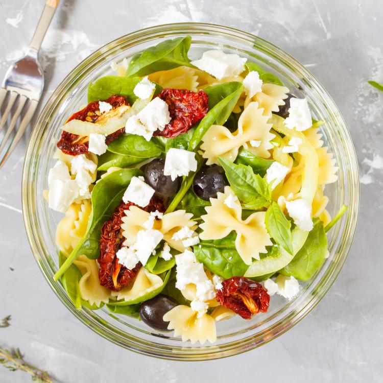 Salade de farfalles à la tapenade de tomates séchées, légumes et fromage feta