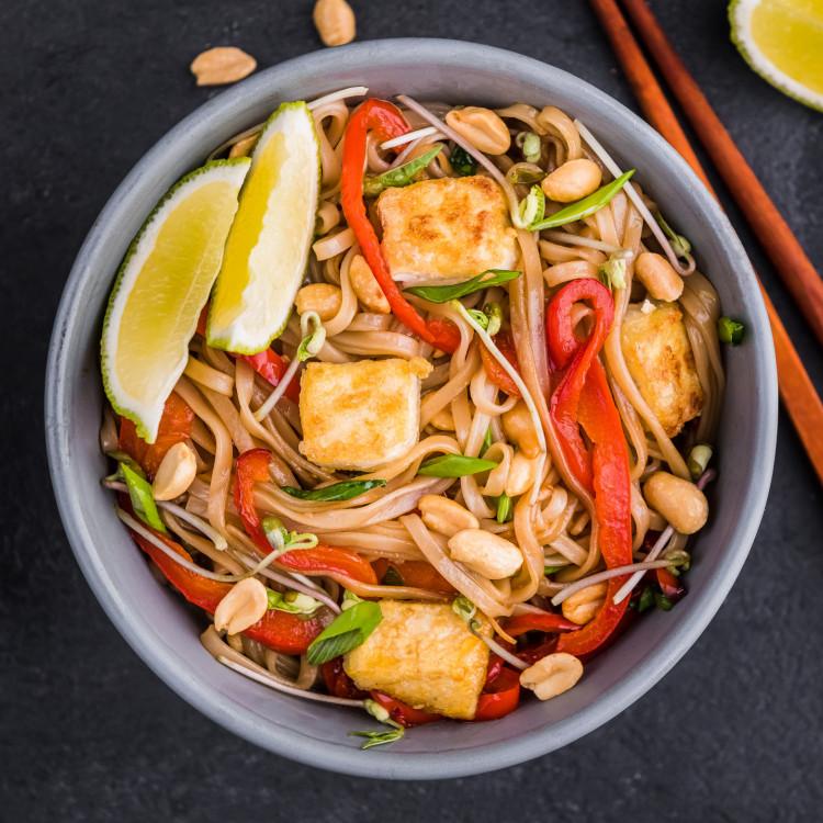 Bol pad thaï de tofu aux arachides