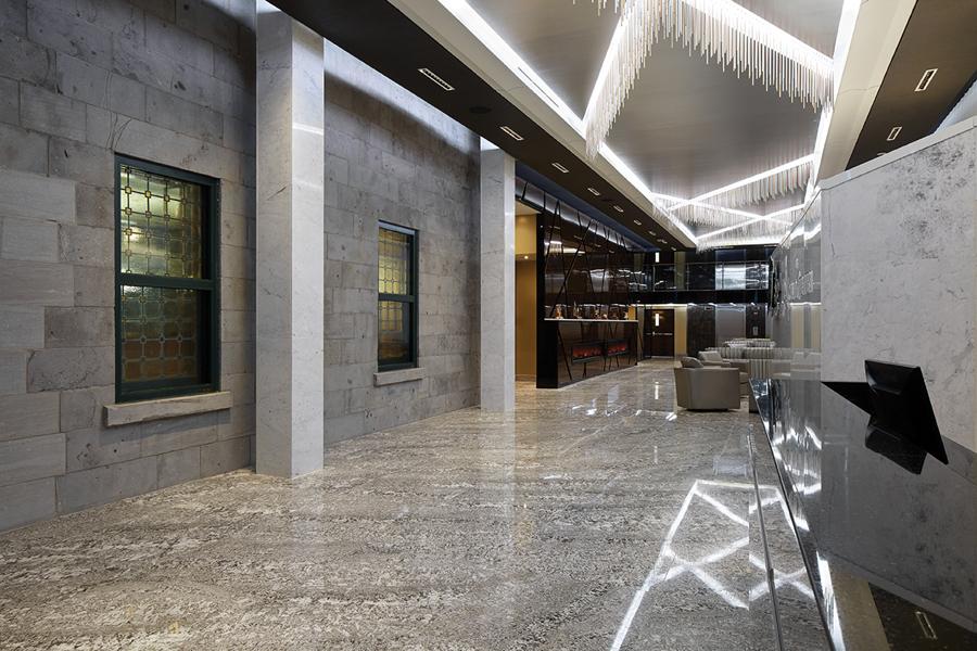 Lobby - mur de pierre