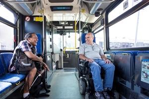 Image d'un espace accessible aux personnes à mobilité réduite actuellement offert dans les autobus de la Régie des transports de Winnipeg.
