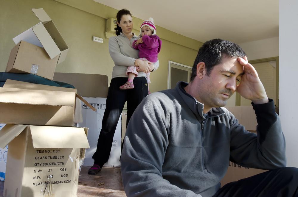 •Famille assise sur le porche avec des boîtes
