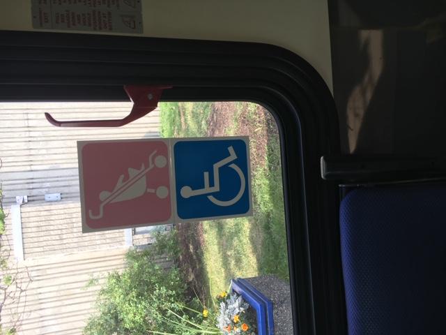 Image de la signalisation en matière d'accessibilité actuellement utilisée dans les autobus de la Régie des transports de Winnipeg.
