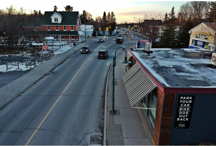 La rue Stittsville Main actuelle au sud de l'intersection avec la rue Abbott.