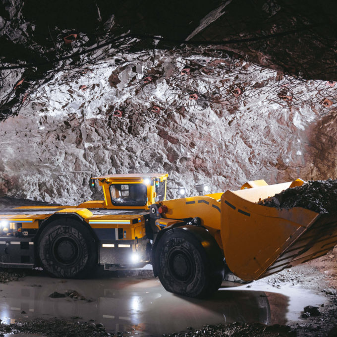 Mining - Tunnel with mining machinerie