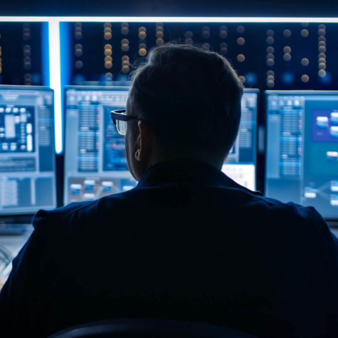 Technologies IOT - Man looking at computer screen