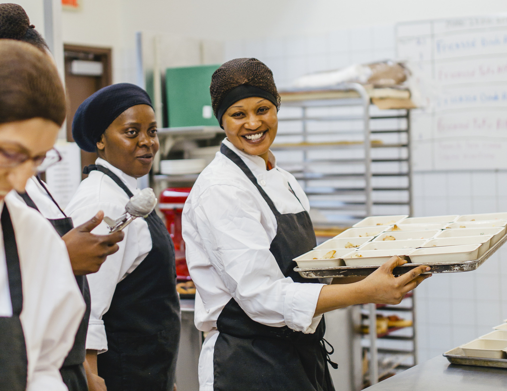 La Cantine pour tous brings together community organizations, social insertion and social economy enterprises that specialize in the production of healthy and affordable meals.