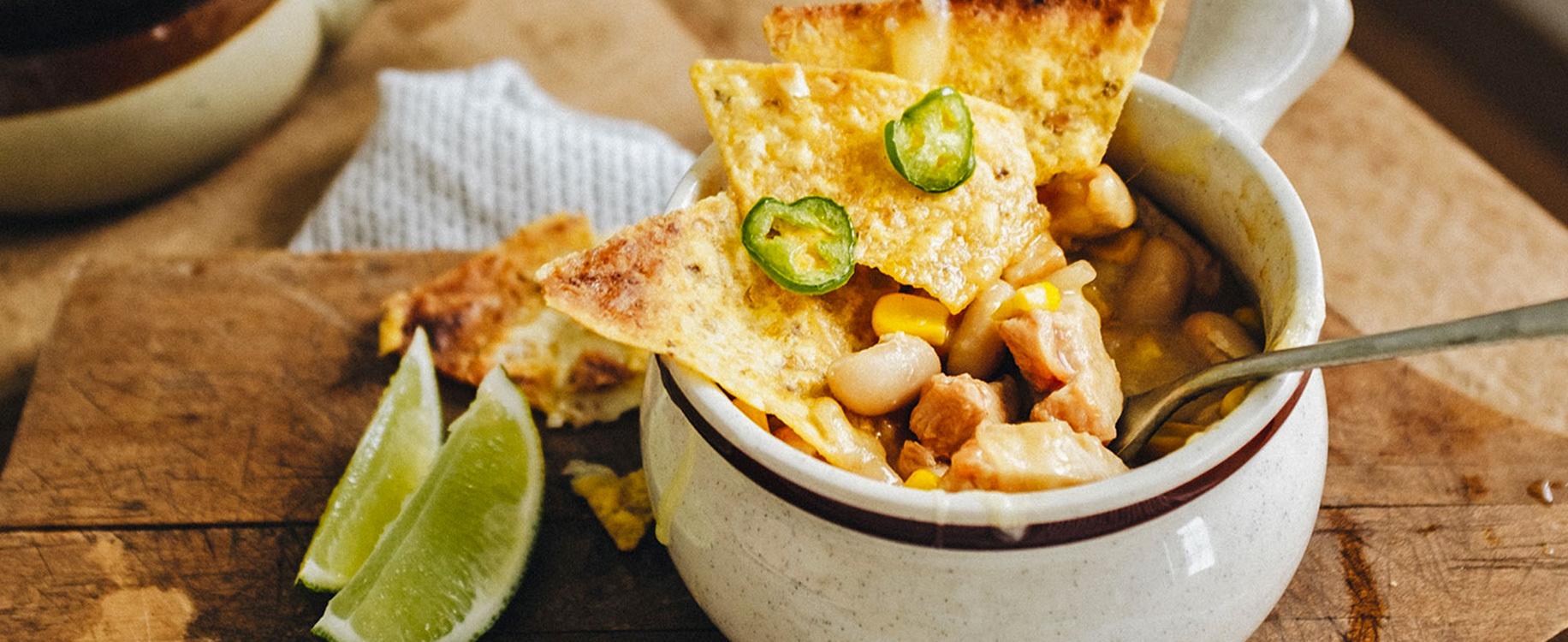 Chili de poulet mais haricots blancs et nachos gratine