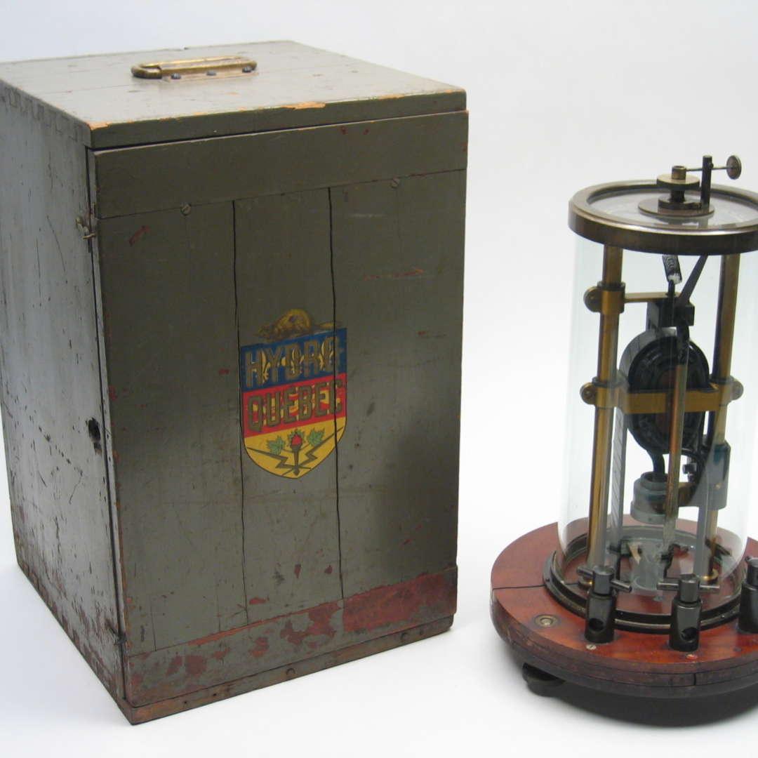 <p>Électrodynamomètre de la MLH&P. Il a été utilisé par les employés d'Hydro‑Québec après la première nationalisation, comme en fait foi l'emblème de l'entreprise sur la boîte de l'appareil.</p> <p>©Collection historique d'Hydro‑Québec</p>