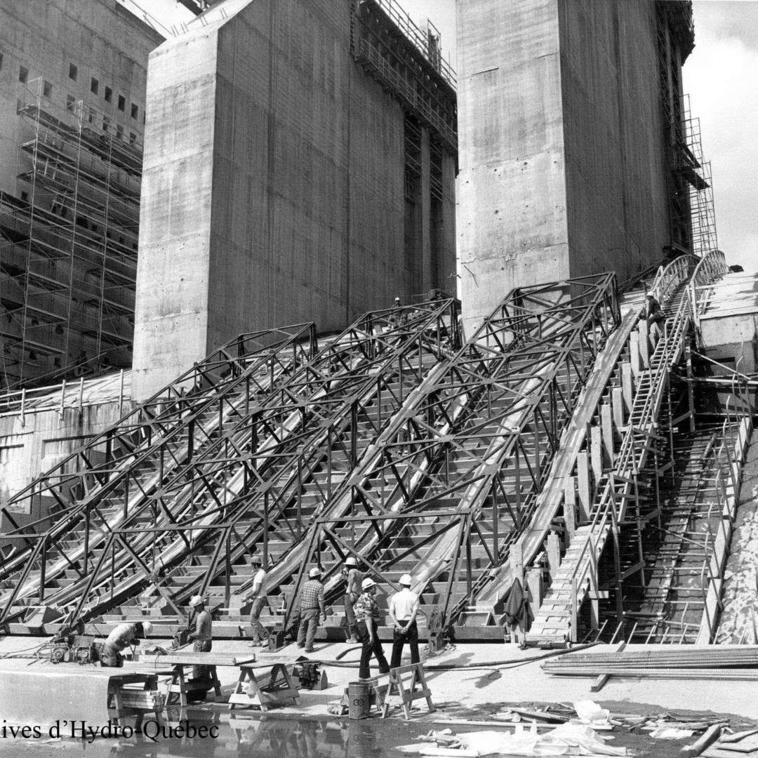 <p>Scaffolding on the future spillway.</p> <p> ©Hydro-Québec archives.</p>