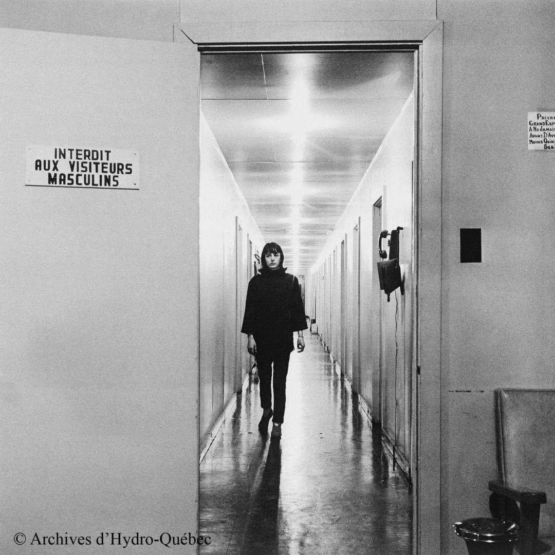 <p>Employée dans le dortoir réservé aux femmes sur le chantier de Manic‑5, 1965</p> <p>©Archives d'Hydro‑Québec</p>