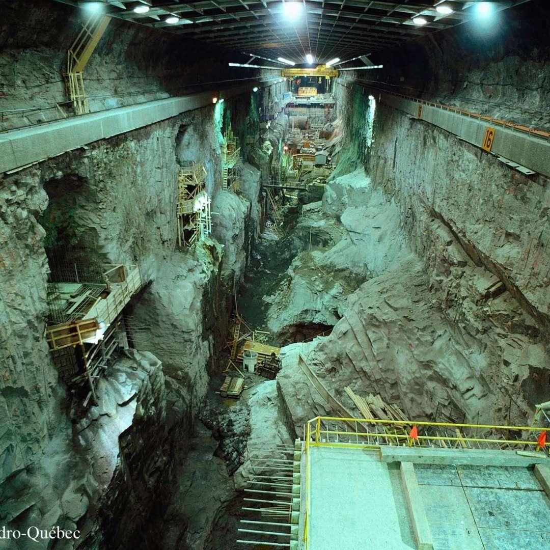<p>Vue des travaux sur le site de la centrale souterraine Robert‑Bourassa, 1978</p> <p>©Archives d'Hydro‑Québec</p>