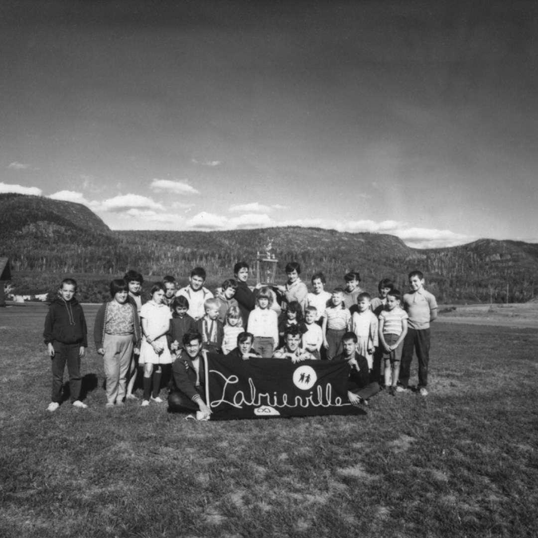 <p>Enfants du village de Labrieville ayant remporté les premiers jeux d'été «interchantiers» (Bersimis, Manic‑2, Manic‑5 et Outardes‑4), 1965. Les habitants du village avaient accès à plusieurs installations de loisir, notamment une piscine, un terrain de baseball et une salle de quilles. </p> <p>©Archives d'Hydro‑Québec</p>