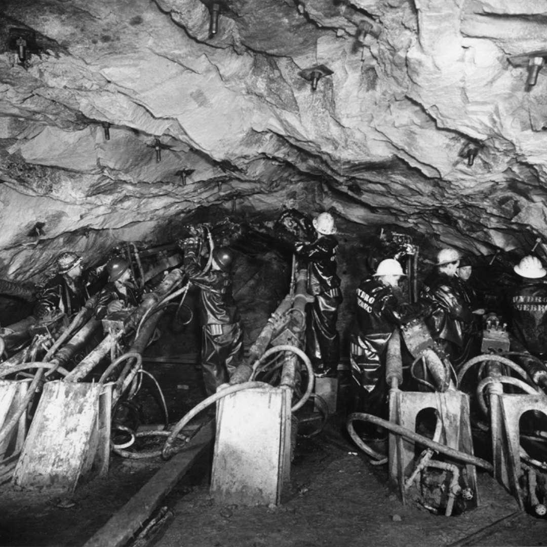 <p>Équipe de forage à l'œuvre, mars1955. La construction de la centrale, du canal de fuite, des conduites forcées et des passages de câbles ont nécessité l'excavation de 40000 pieds de tunnels. </p> <p>©Archives d'Hydro‑Québec</p>