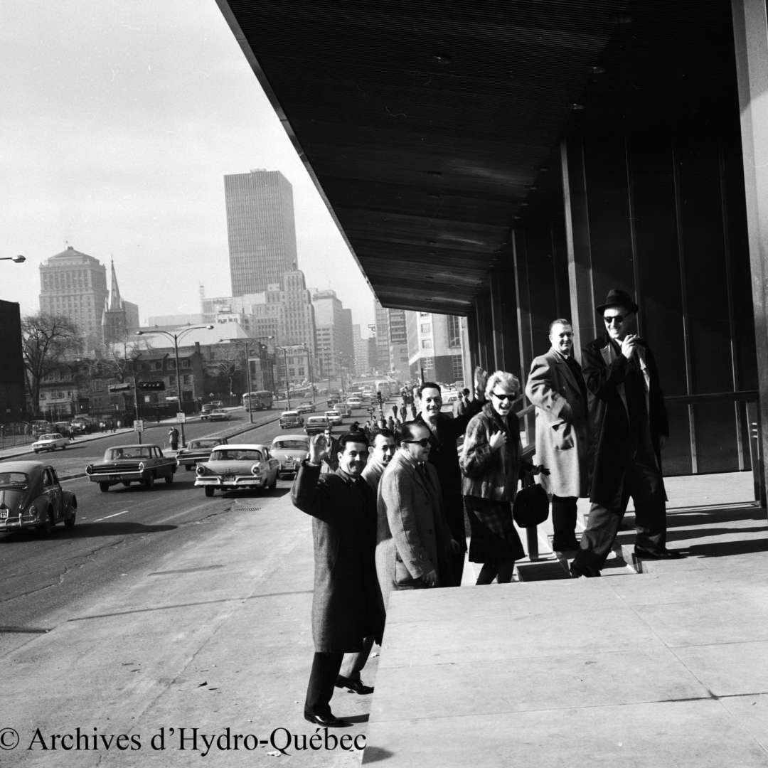 <p>Arrival of employees at Hydro-Québec's new headquarters, April 1962.</p> <p>©Hydro-Québec archives.</p>