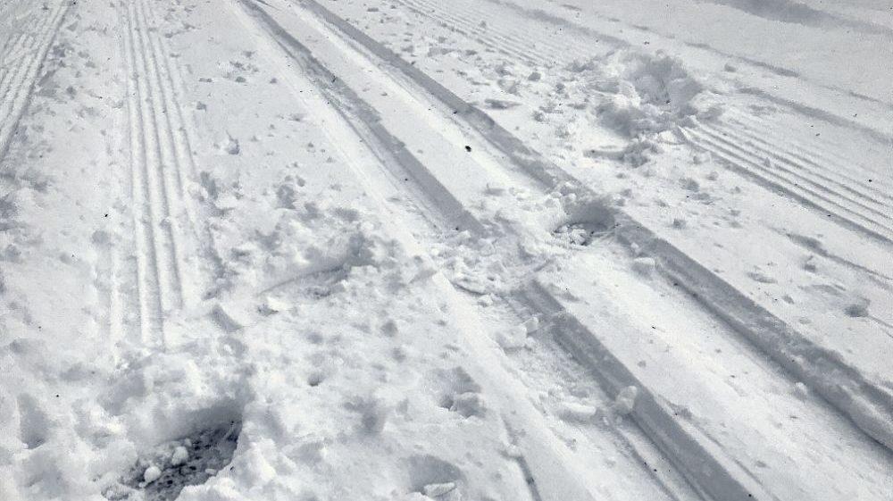 Sentier de ski endommagé par des traces de pas