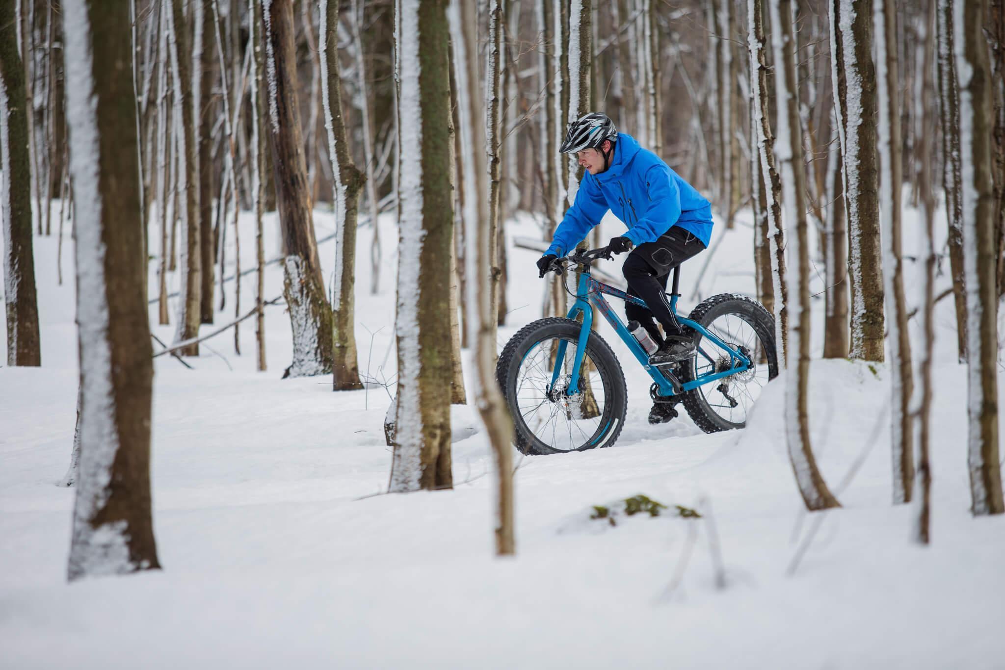 Amateur de vélo d'hiver en action