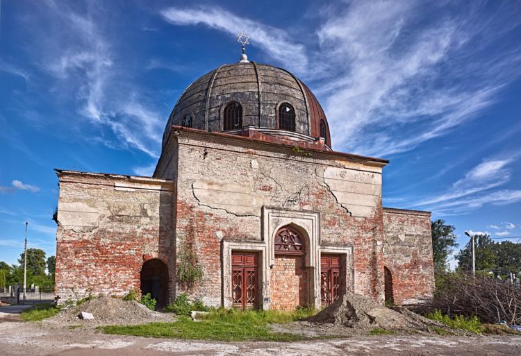 David Kaufman, The crumbling funeral hall in Chernivtsi's Zelena Street Jewish cemetery, Ukraine, 2016