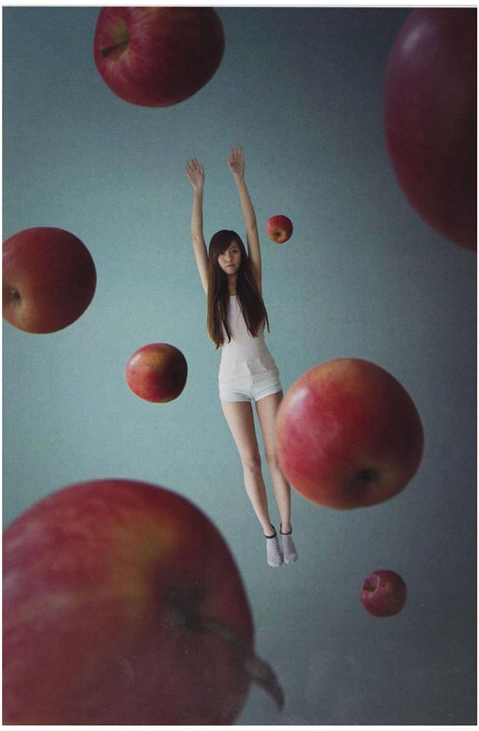 Tsu Ting Hsu, Gravity X Apple, 2013