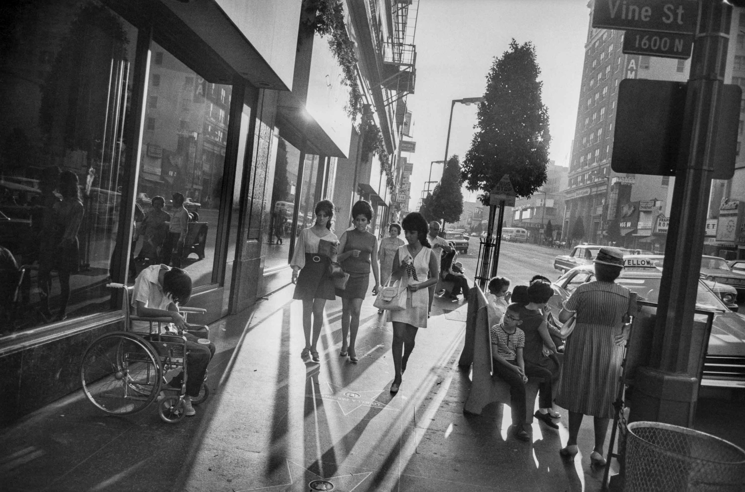 Garry Winogrand, Los Angeles, California, 1969. Gelatin silver print, 21.6 × 32.8 cm. Art Gallery of Ontario, Purchase, with funds generously donated by Martha LA McCain, 2015. © The Estate of Garry Winogrand, courtesy Fraenkel Gallery, San Francisco 2014/1569.11.