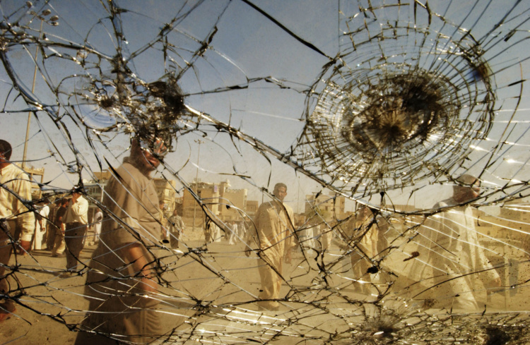 Thorne Anderson, Picking through the wreckage of battle in Najaf, August 27, 2004